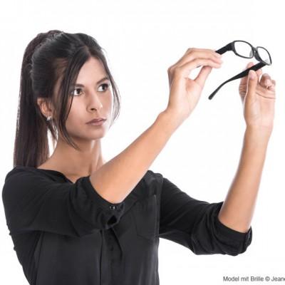 Model-mit-Brille